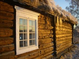 Blek vintersol på vår gamle tømmervegg