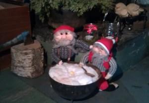 Det gjelder å holde  nissene på gården fornøyde - så julefreden kan senke seg.