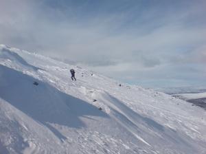I  påsken er det tradisjon, i hvert fall for noen, å komme seg til topps på Tron. Vi går opp fra Tynsetsida, og da må skiene tas av ved foten av fjellet, og toppen bestiges til fots - med staver