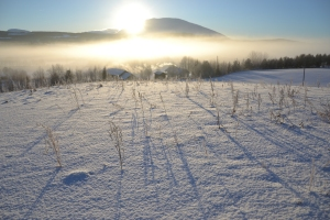 Sola forsvinner bak Tronfjell midt på dagen nå midtvinters