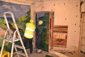 Arbeidet har startet med å fjerne veggplater, gamle takbord og gulv