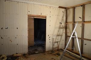 """Den nye døråpningen kommer her - mot det som blir stua (tidligere kalt """"salongen"""")"""
