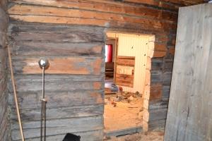 - og her ser vi gjennom døråpningen fra stuesida. Tømmerveggene har kommet til syne