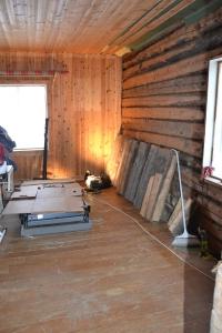 """Solid tømmer er saget ut til døråpningen. Her står de langs veggen i det som skal bli stua vår - tidligere kalt """"salongen"""""""