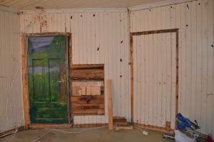 Døra med kunsten er fortsatt på plass, den skal fjernes senere