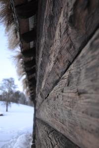 Solvarm, tjærebredd vegg lukter godt og minner om påskeskiturer, syns jeg