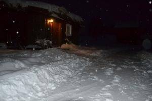 ,Endelig har vi litt snø som isolerer veggene på gammelstua