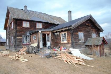 Tidvis likner tunet mest en skrothaug - med gamle materialer tatt ut fra huset liggende utover