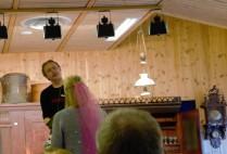 En kommende brud på utdrikningslag debuterte som budgiver. Her med auksjonarius Ola Rye.