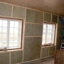 Ytterveggen på kjøkkenet er lektet ut og isolert