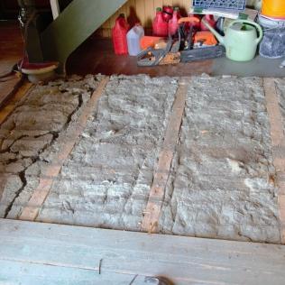 Når det øverste laget med gulv er tatt bort, dukker det opp museganger og annet som er veldig greit å få fjernet