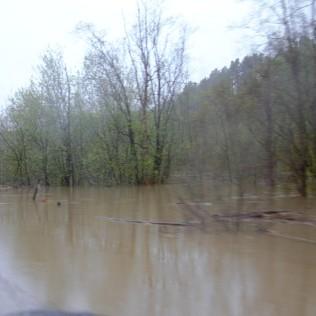 Bare centimetre før vannet renner over riksveien