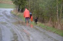 Litt enkel grøfting for å lede bort vanndammene fra gårdsveien vår