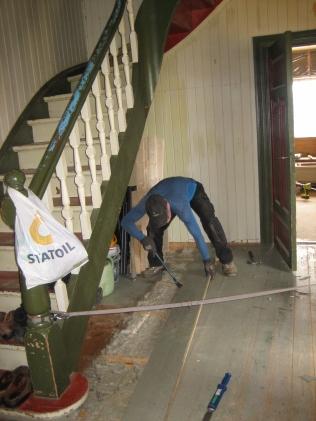 Det øverste gulvet i gangen fjernes