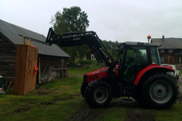 Vel hjemme må traktoren tas i bruk for å få skapet ned fra tilhengeren