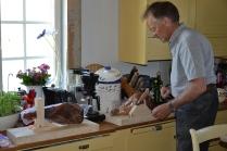 Trond har laget flotte skjærefjøler med stativ slik at det skal være lett å spikke seg noen fine skiver