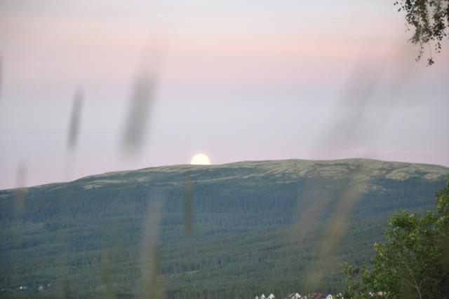 Månen kommer opp over Grønfjell