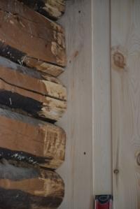 Østerdalspanelet blir skjøvet inn i sporet i tømmerstokkene