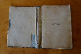 Mormor Sigrid fikk boka på sin 20-årsdag, og det synes som om hun har lest den godt!