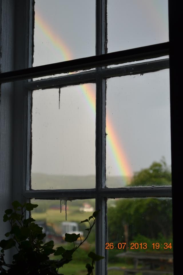 - må bare få med denne, også, som viser seg gjennom vinduet mitt akkurat nå