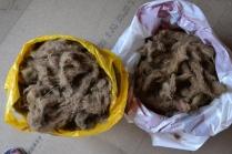 To bæreposer fulle av gammel ull fra veggen. Kan det brukes til noe, tro?