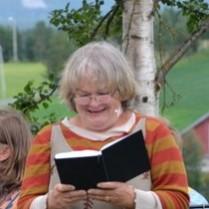 Anne Marit Jacobsen leser nydelig fra Kristin Lavransdatter