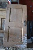 Vi planlegger å sette inn denne gamle fine døra mellom stua og soverom. Den trenger bare litt vask og finpuss først!