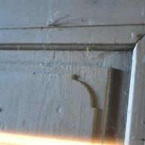 Speilene i døra har fine utskjæringer