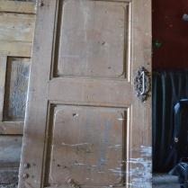 Døra sto på låven og var møkkete og full av fugleskitt