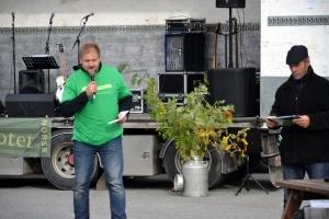 """Arne Eggen, stilte opp for """"mandelsyke"""" Viksmo Slettan. Her med rådmann Erling Strålberg til venstre"""