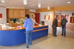 I kafedelen selges nydelig suppe, hjemmelagde kaker mm. Auksjonarius er snart klar for innsats, fem hele timer til ende!