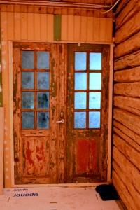 Den eldgamle ytterdøra har kommet på sin opprinnelig plass. Den trengs en grundig oppgradering med pussing og maling, og vil bli en mellomdør ut til vindfanget, der det vil komme en ny, isolert dør ut til kulda.