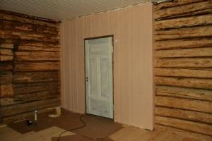 Det er litt nytt østerdalspanel på dette rommet. Her var det en tidligere brannskade som måtte skjules. I tillegg måtte ytterveggen isoleres og paneles.