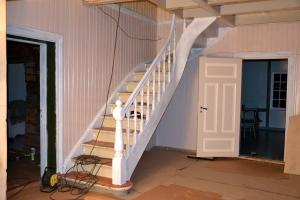 Dører er malt, trappa har blitt grunnet, men mangler den riktige fargen ennå, mens veggene i trappegangen har fått farge (men manger ett strøk til. Gulvet er også på plass, men skal males, det også. Foreløpig er det dekket av papp.
