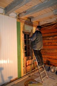 Den gamle ytterdøra tilpasses og får panel rundt seg