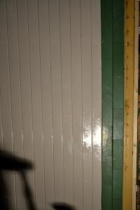 Noe er malt og noe må skjøtes sammen. Panelbitene på den gamle veggen varierer i bredde