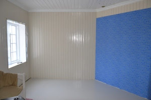 Soverommet har fått et historisk tapet på skråveggen. Det ser kanskje litt rart ut nå, før det blir listet rundt.