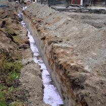 Siden vinteren er like rundt hjørnet - eller kanskje må sies å ha kommet allerede, var det på høy tid å få lagt ned nye vannrør, med innlagt varme mot frosten.