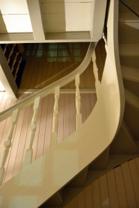 Også undersiden av trappa har fått flere strøk nå