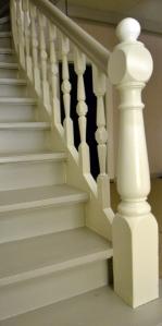 Siden trappa har to farger er det nokså pikete når siste overflatestrøket skal tas. Det gjelder å bruke små pnsler ogha en stø hånd!