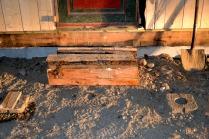 Foran døra til vaskerommet skal det settes opp et lite tak mot snø og regn. Det er gravet og støpt fundamenter for stolpene til dette