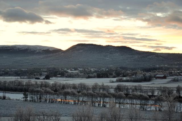 Det lysner stadig mer, og her ser vi Jønnbekkvola mot horisonten, mens himmelsen speiler seg i Glomma