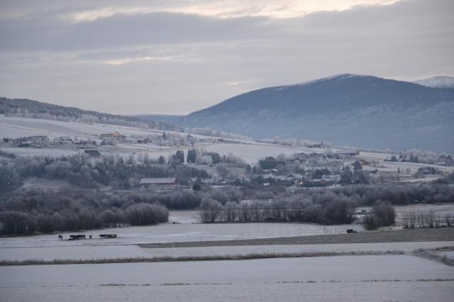 Bygda er grå, eller kanskje også litt blå denne kalde, tidlige novembermorgenen