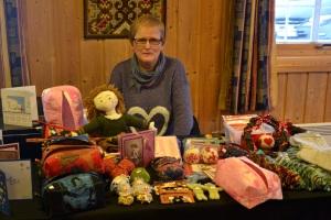 Denne damen satt og laget  ting og solgte bl.a. strikkete julekuler a la Arne og Carlos