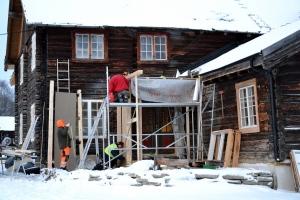 Svein Olav og Ivar i full gang med å sette opp inngangspartiet