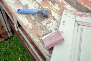 Viktig verktøy her er pussekloss og malingsskrape
