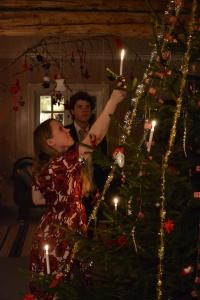 Stemningsfullt med levende lys på treet