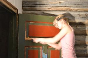 Baderomsdøra er endelig på plass, og trenger å skrapes før den skal males