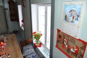 Vi har fått en fin ny kalender som har fått plass på kjøkkenveggen - foreløpig sammen med mormors gamle veggjulebilde