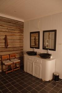 På badet er fortsatt ikke lamper montert, i taket og over speil, men ellers begynner det meste å komme på plass.